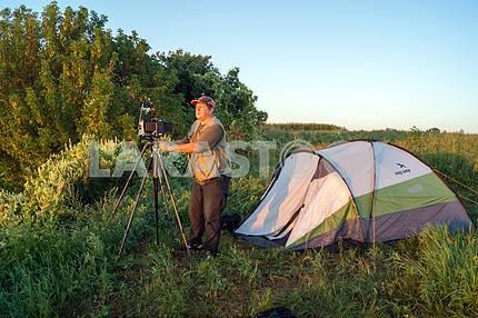 Палатка в поле, и человек с камерой. Мезин. Черниговская область