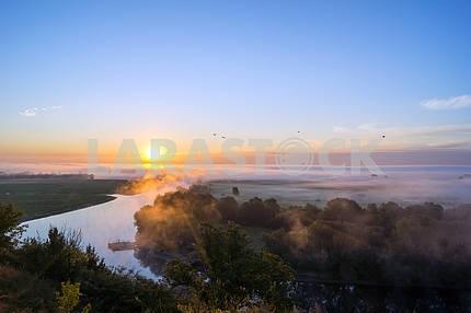 Река Десна туман и голубое небо. Мезин. Черниговская область