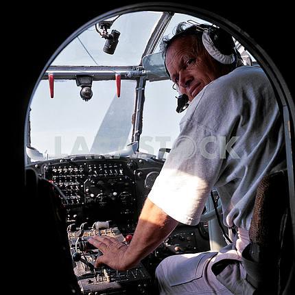 Пилот в рубке самолета