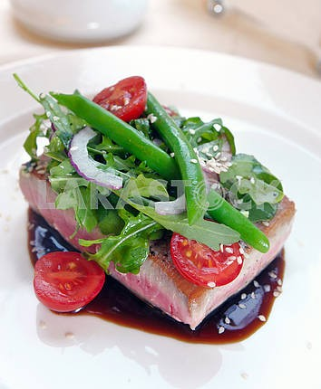 Grilled tuna with vegetables and sauce