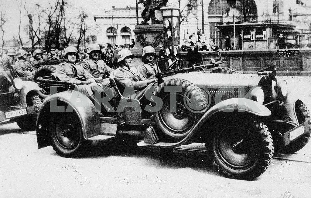 German soldiers with Wanderer-22 Kubelwagen. — Image 22416