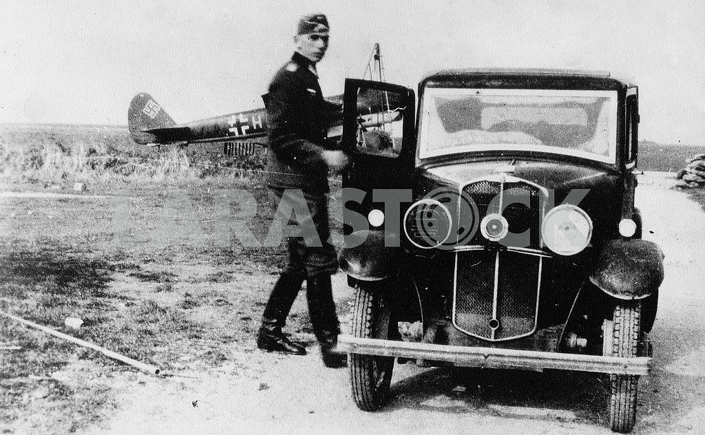 German soldier near Morris-8 car. — Image 22417