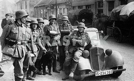Немецкая патрульная группа рядом с ДКВ Ф-7