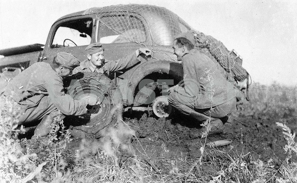 Germans conquering ukrainian ground roads on Mercedes Benz 170-V. — Image 22422