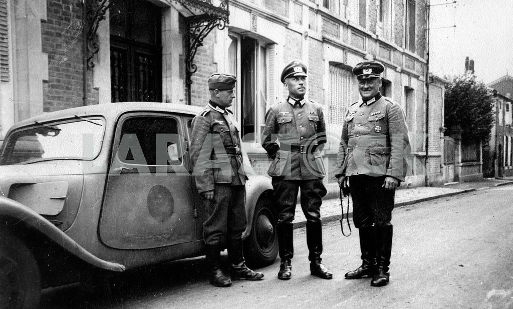 Немецкие офицеры высшего командного состава у автомобиля Citroen 11-CV — Изображение 22423