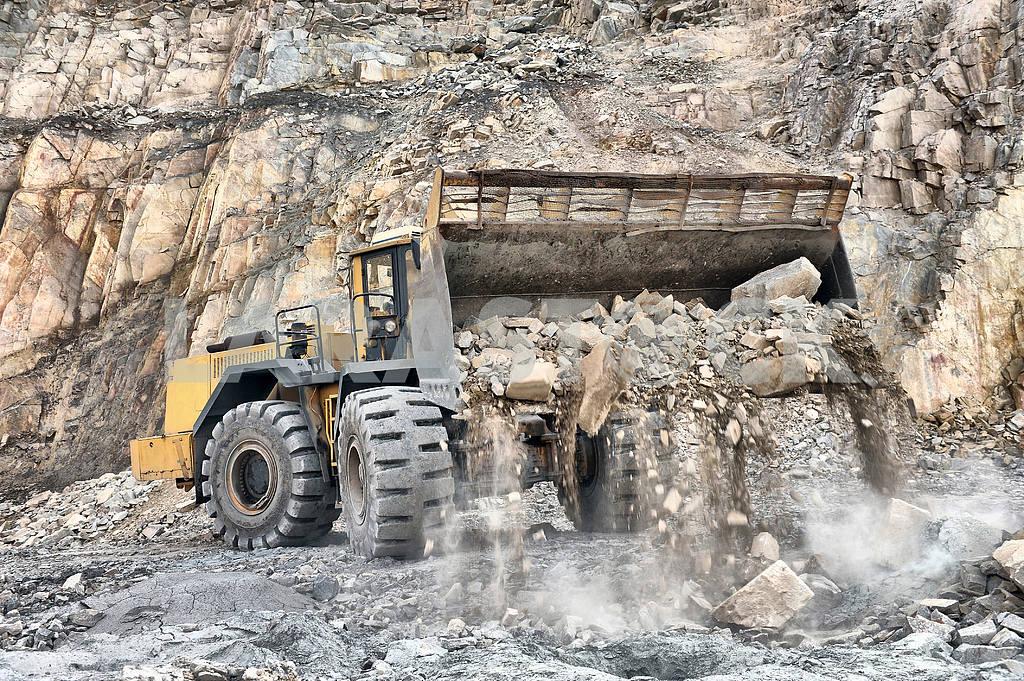 Wheel loader machine unloading rocks — Image 2248