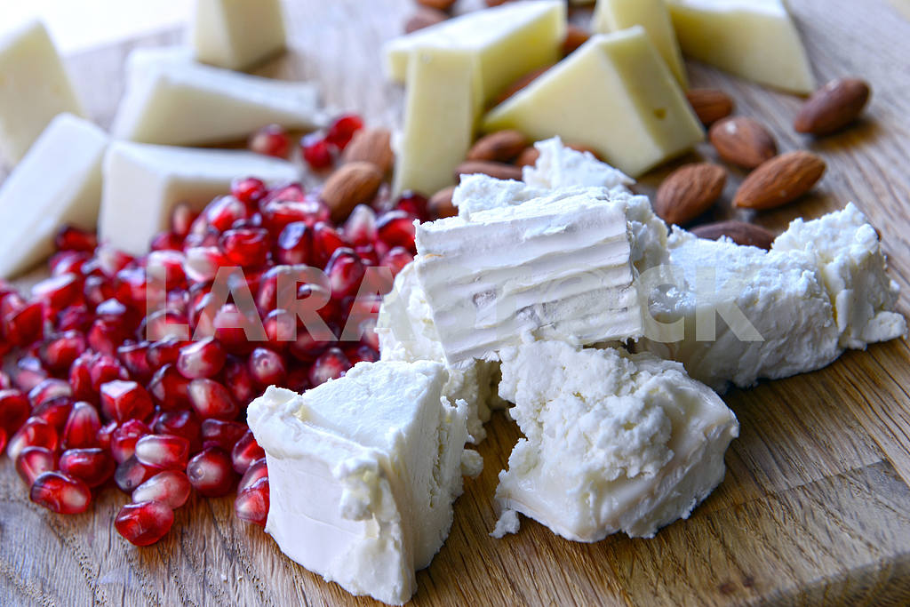 Set of goat cheese on a wooden board — Image 2268