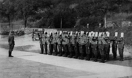 Немецкий батальон собирается копать траншею