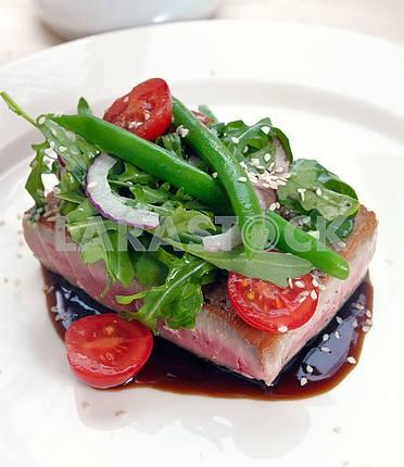 На гриле тунец с овощами и соусом