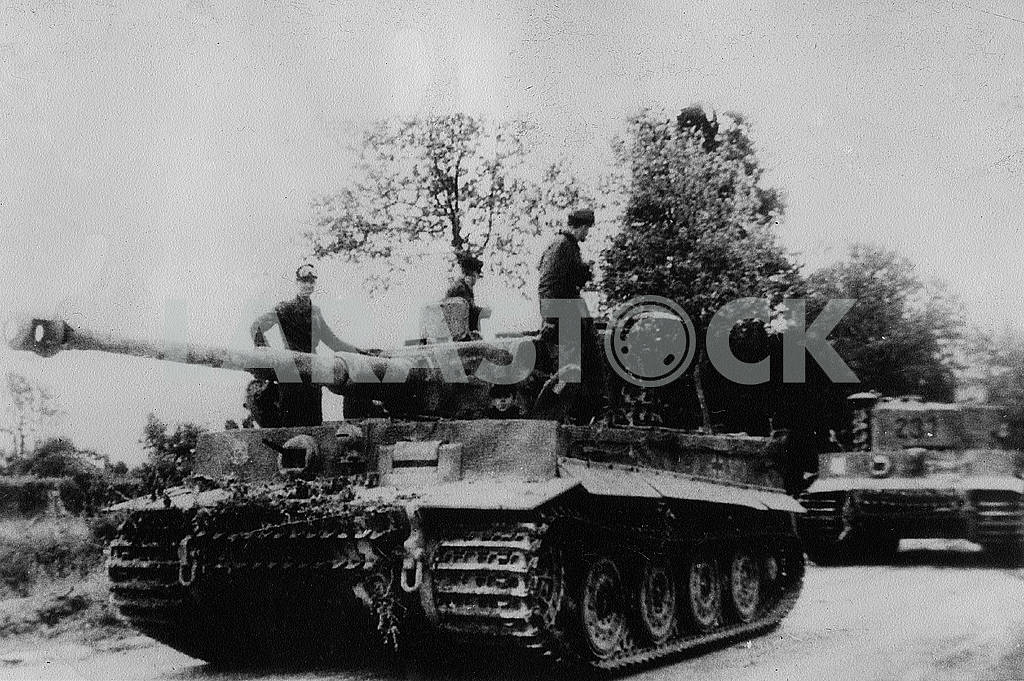 Soldiers riding in the German heavy tank Tigr — Image 22854