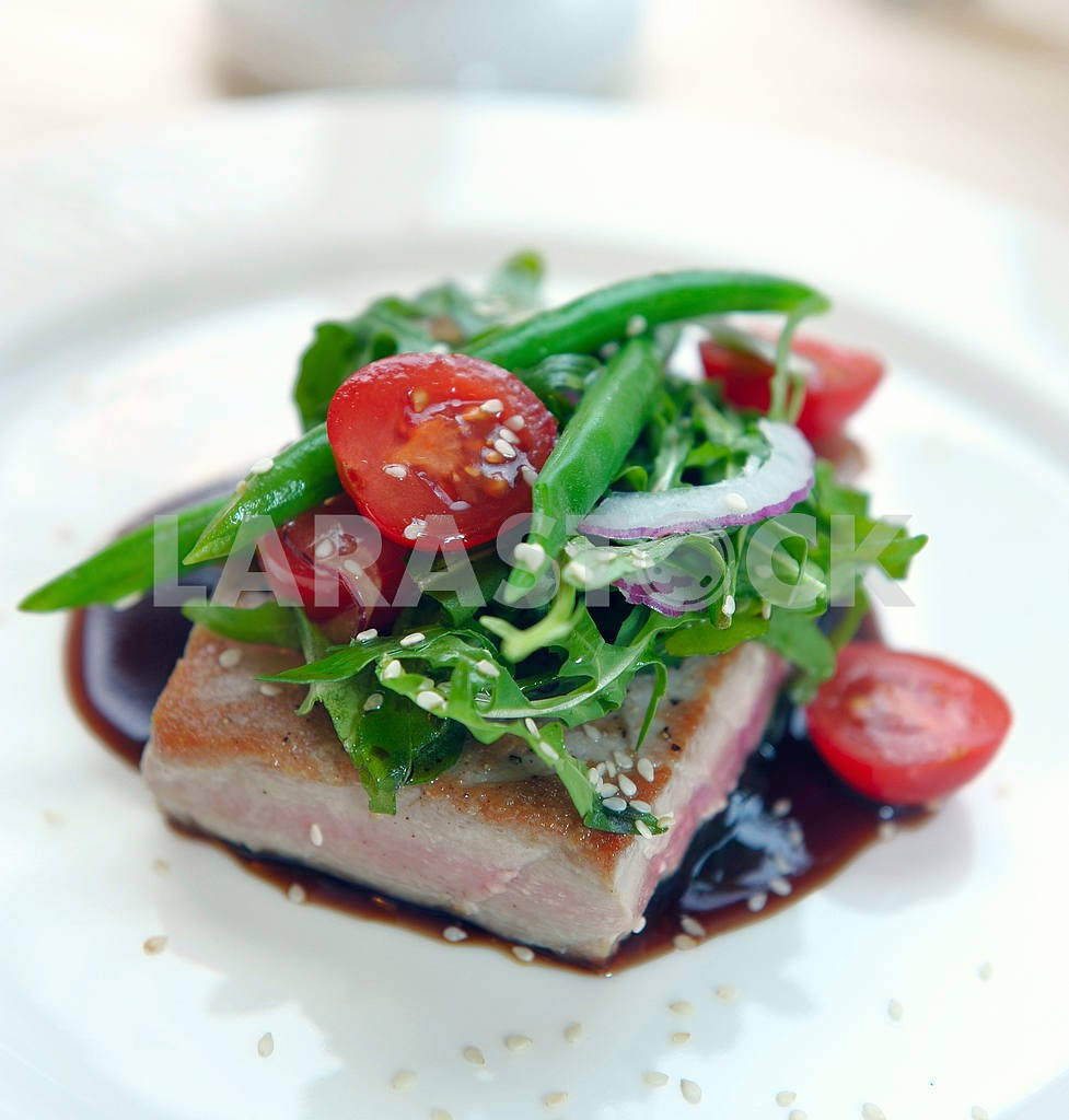 Grilled tuna with vegetables and sauce — Image 2286