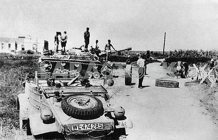 Немецкое самоходное штурмовое орудие и автомобиль Фольксваген