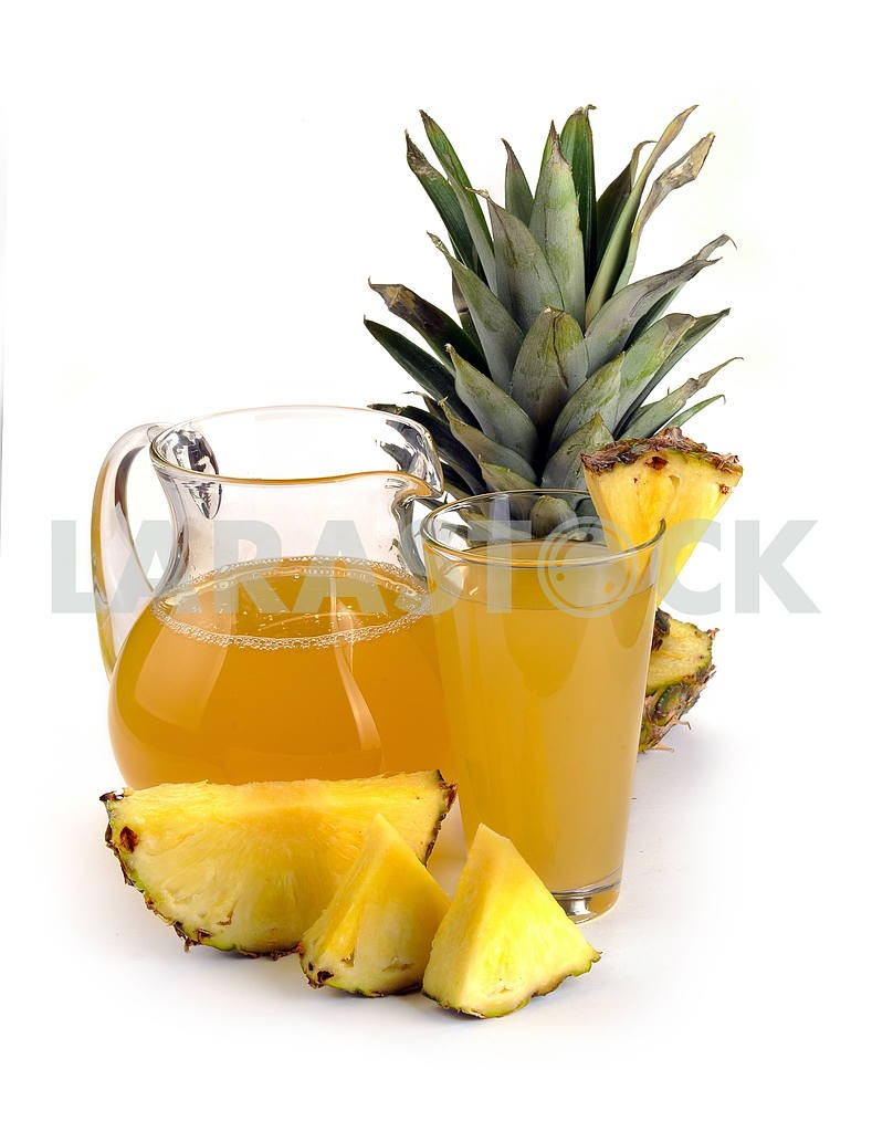 Full glass and jug of pineapple juice — Image 2295