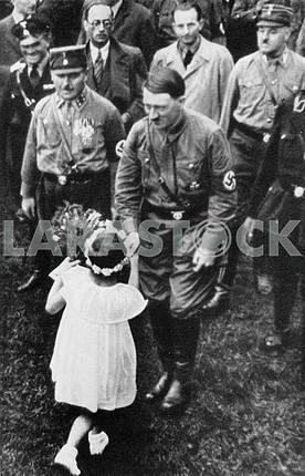 Адольф Гитлер дарит цветы девочке