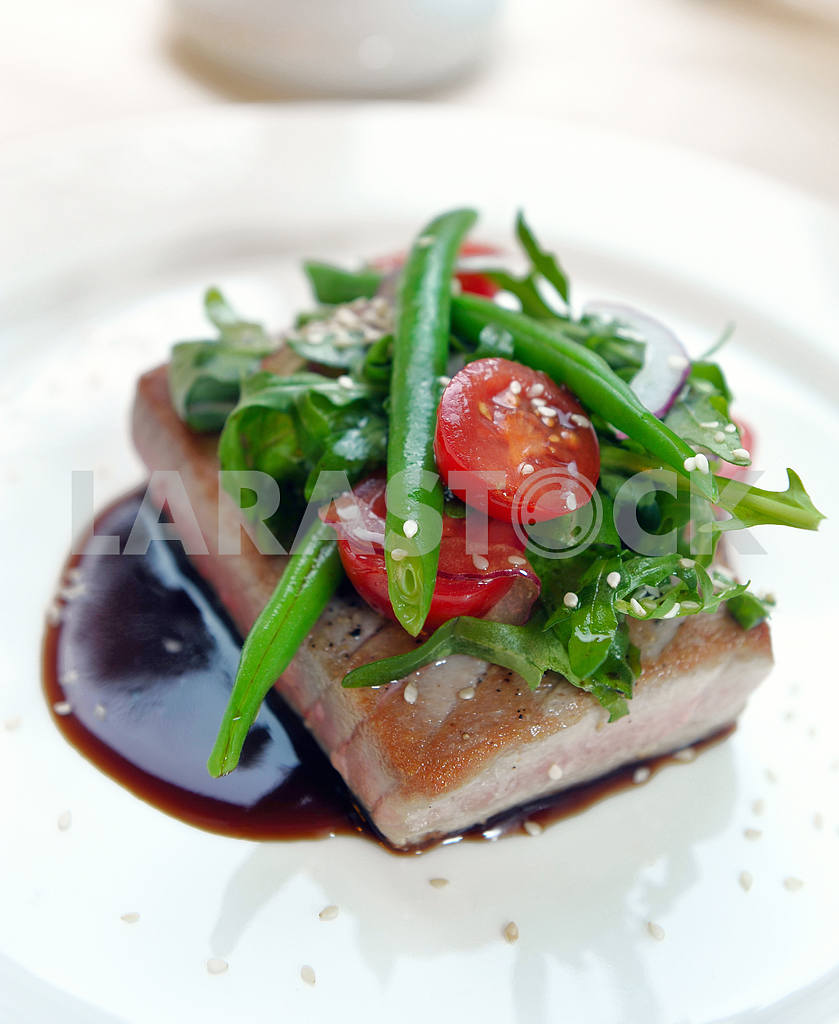 Grilled tuna with vegetables — Image 2316