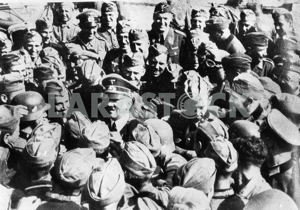 Adulf Hitler meeting german soldiers. — Image 23225