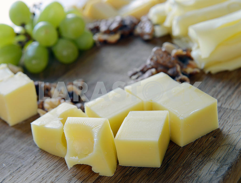 Set cheese on a wooden board — Image 2329