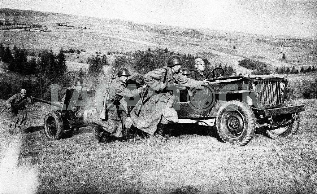 Soviet soldiers caring 45mm tank-destroying cannon — Image 23299