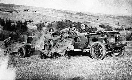 Советские солдаты везут 45-миллиметровую пушку