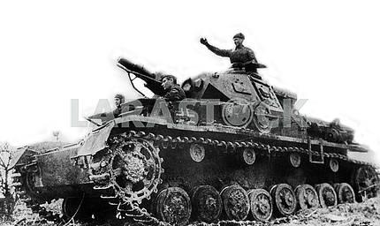 Советские солдаты на немецком танке