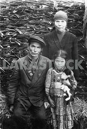 Герой Отечественной войны вместе с семьей .
