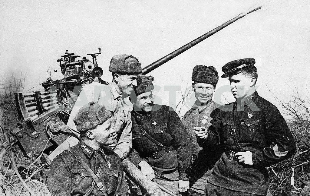 Soviet flak gun and its crew. — Image 23383