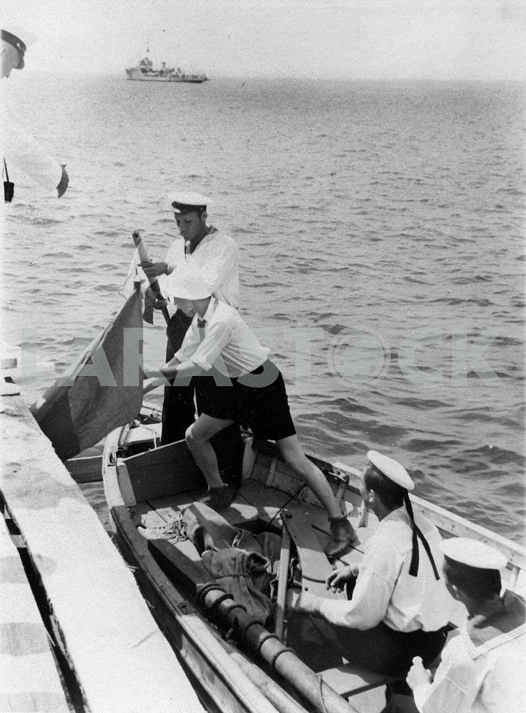 Soviet sailors in the boat — Image 23395