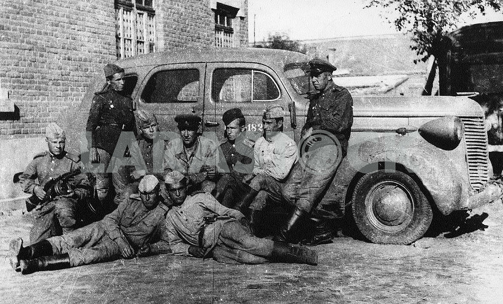 Soviet soldiers with car — Image 23431
