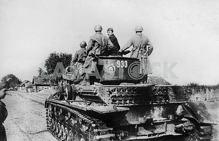 Soviet soldiers captured German tank