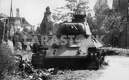 Поврежденный советский танк