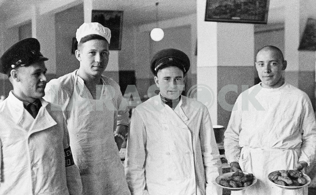 Soviet soldiers in the kitchen. — Image 23487