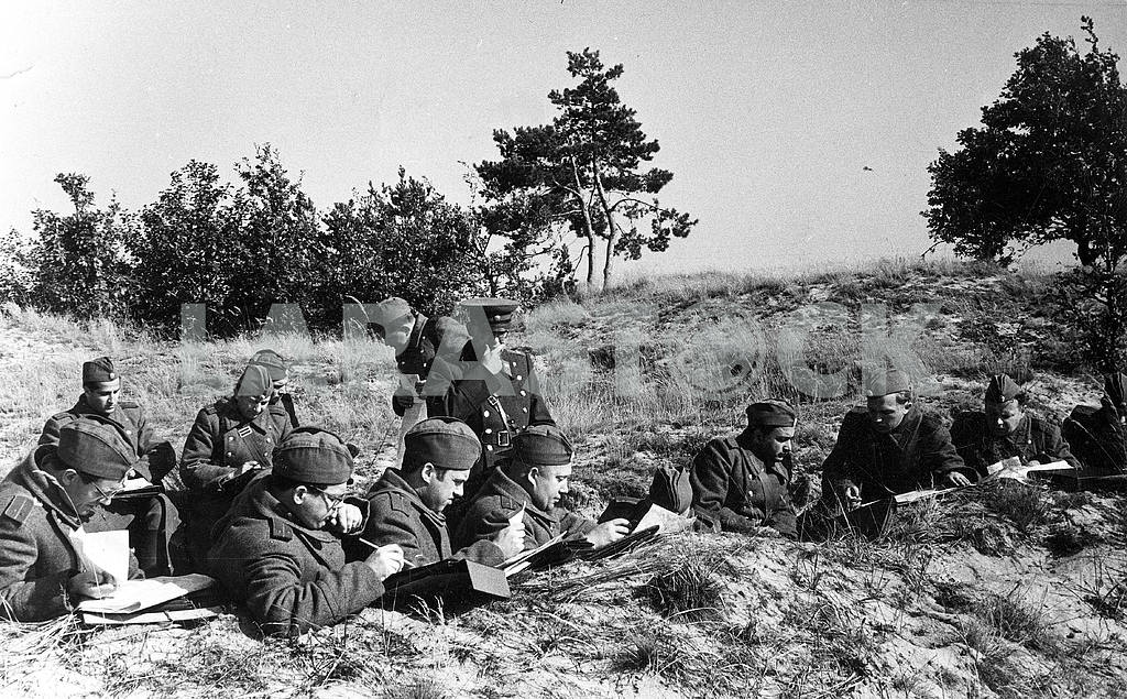 Soviet soldiers in a trench — Image 23495