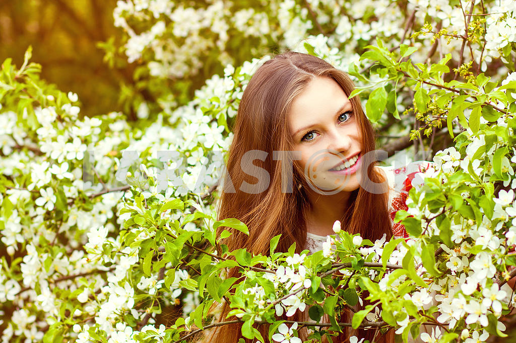 Portrait of a beautiful spring girl in tree flowers. — Image 23541