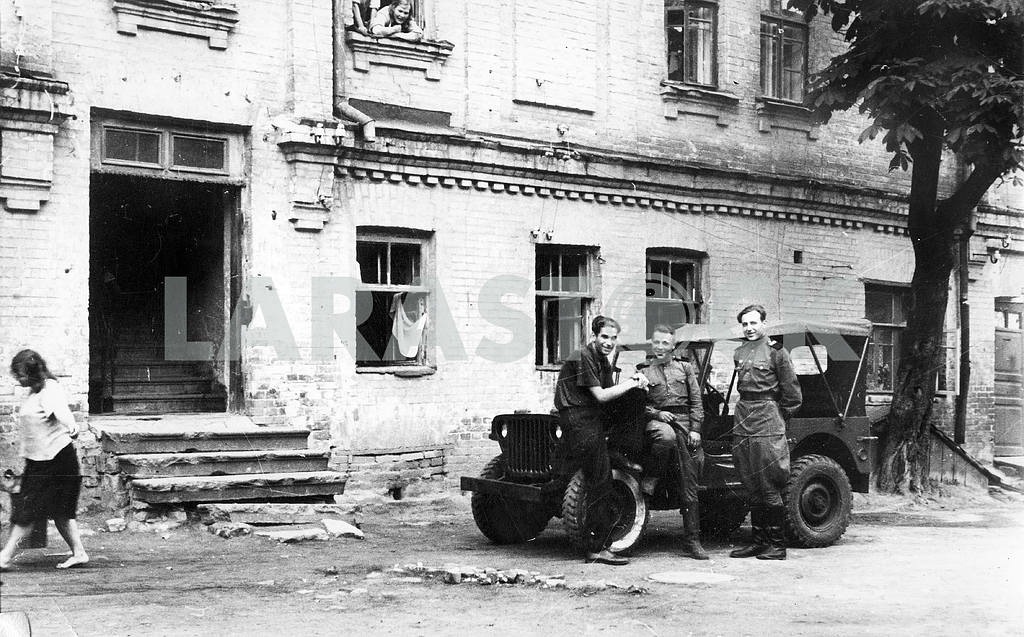 Soviet soldiers in the yard — Image 23605