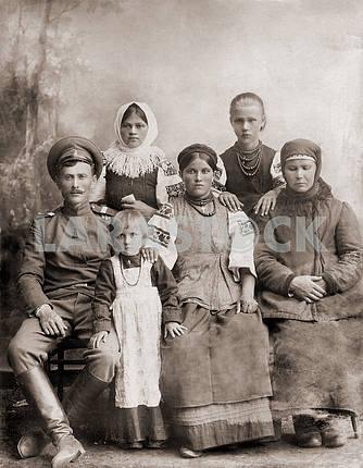 Русский солдат со своей семьей