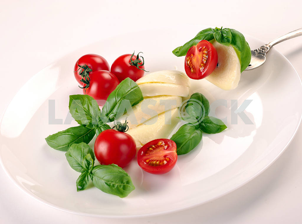 Mozzarella with tomato and basil on fork — Image 2365