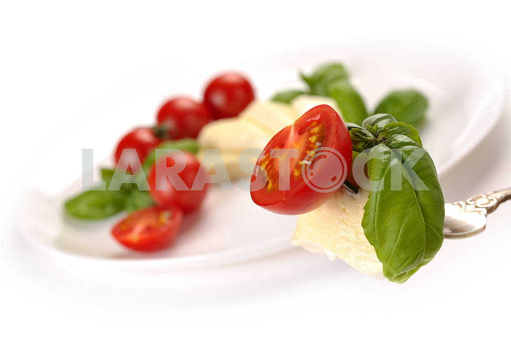 Mozzarella with tomato and basil on fork — Image 2366