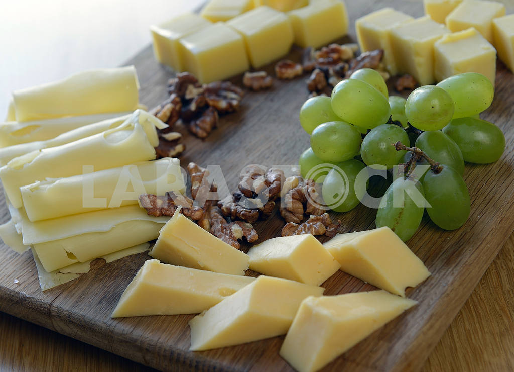 Set  cheese on a wooden board — Image 2372