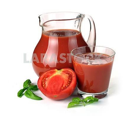 Кувшин , стакан томатного сока и фруктов