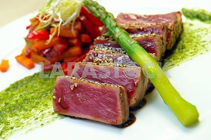Полупрожаренный тунец с овощами тушеными