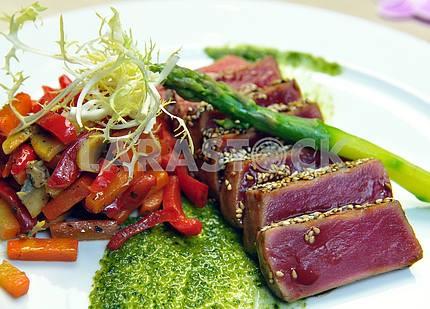 Half-roasted tuna with stewed vegetables