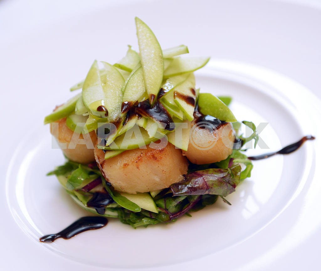 Scallops with lettuce and apples — Image 2550