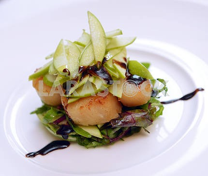 Scallops with lettuce and apples