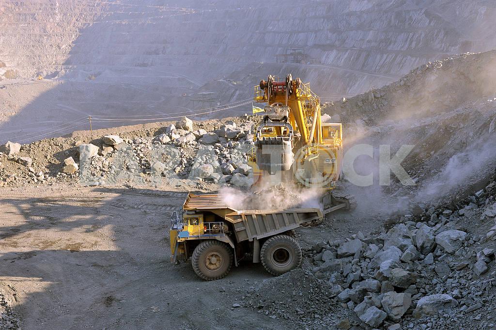 Loading of iron ore — Image 2634
