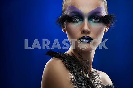 Молодая женщина с фэнтези макияж
