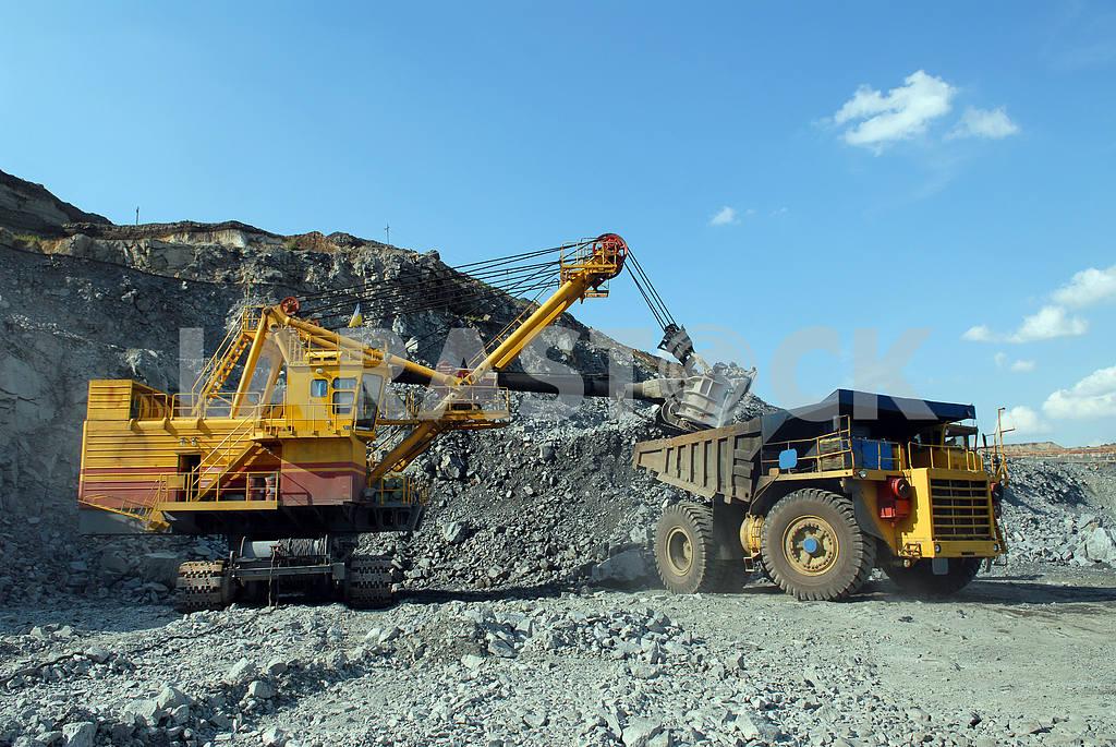 Loading of iron ore  — Image 2730