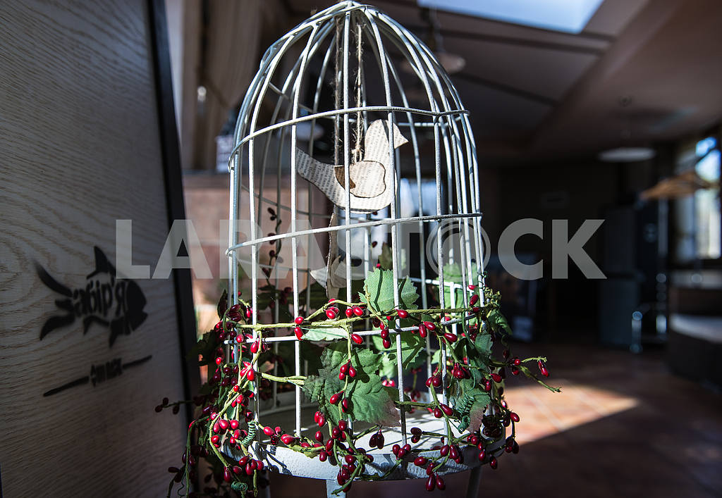 Cage with decorative bird — Image 27418