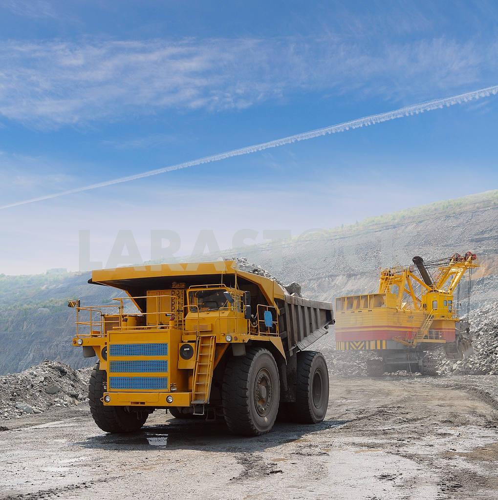 Loading of iron ore — Image 2765