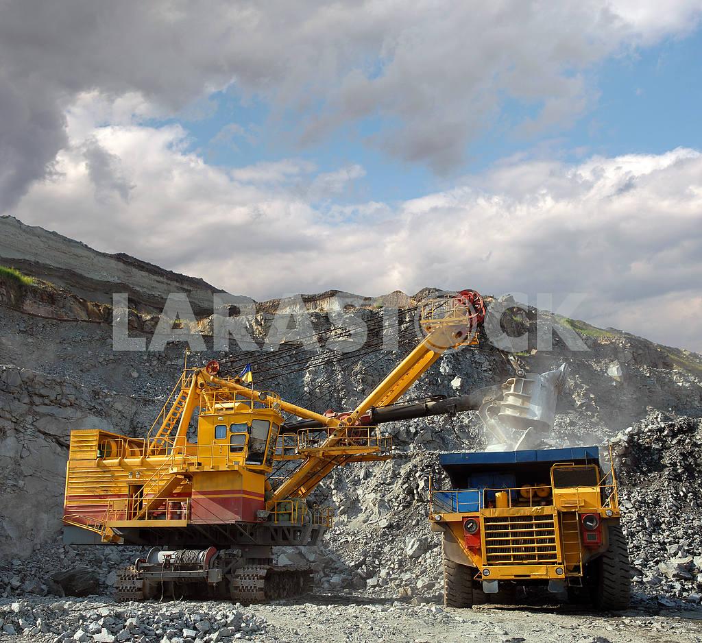 Loading of iron ore — Image 2775