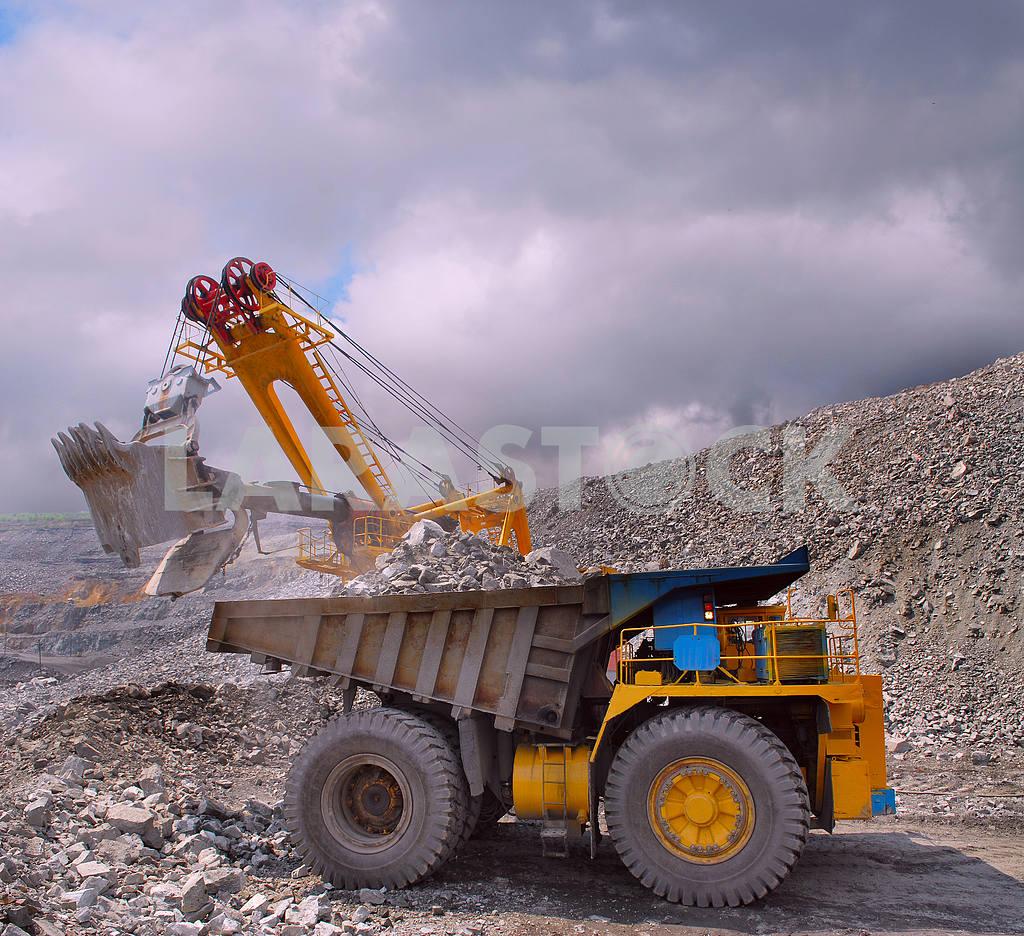 Loading of iron ore — Image 2804